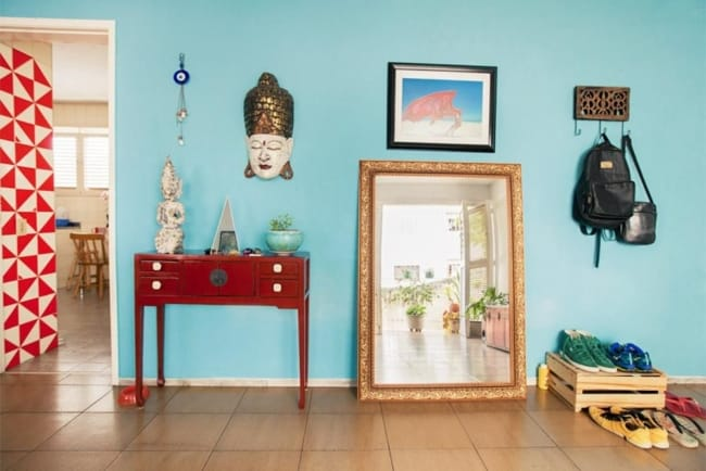 Decoração de sala com pequeno aparador retrô vermelho