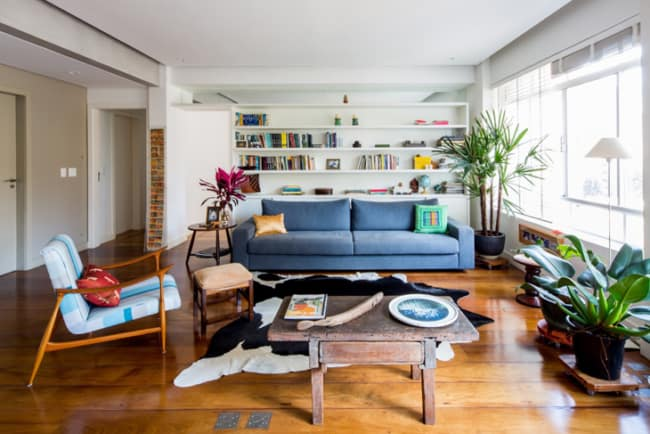 Decoração de sala com tapete de couro