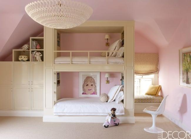 Duas camas planejadas em quarto decorado de irmãs