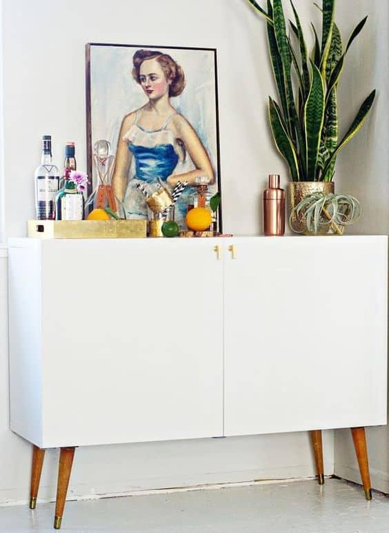 Faça um bar elegante em aparador branco retrô