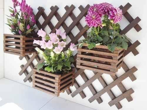 Floreira de madeira para parede com flores grandes8