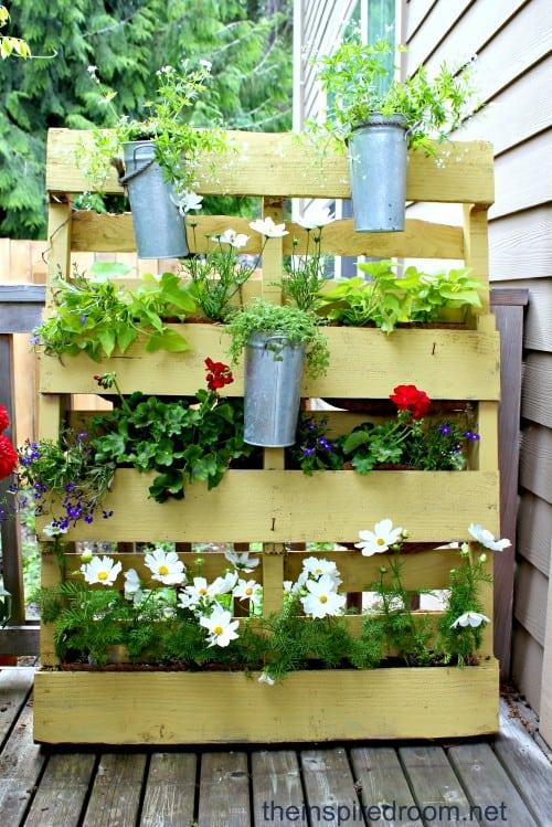 Floreira de paletes para parede com margaridas26