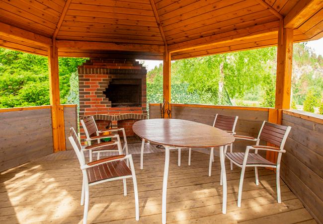 Ideia de quiosque todo de madeira com churrasqueira