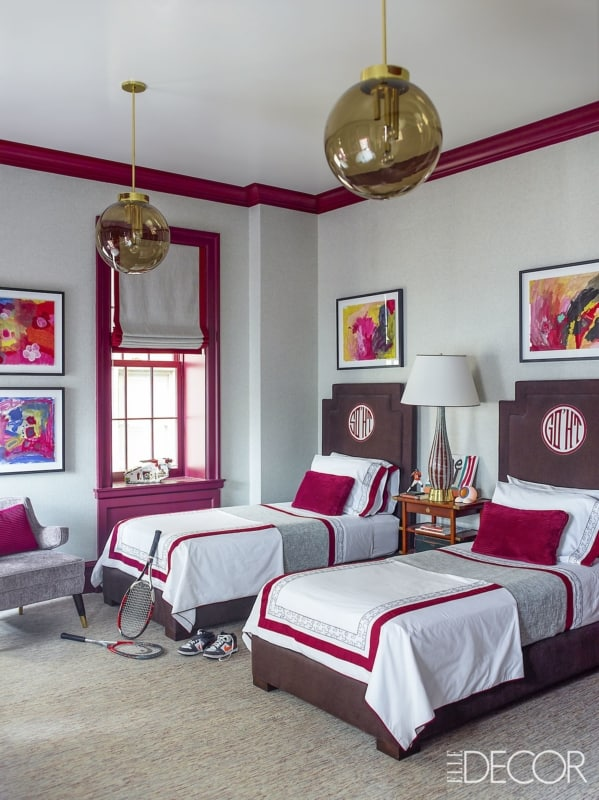Janelas rosas no quarto das meninas