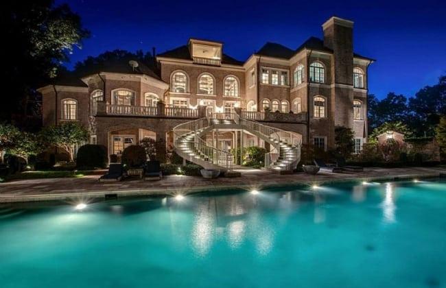 Mansão com arquitetura clássica e piscina enorme