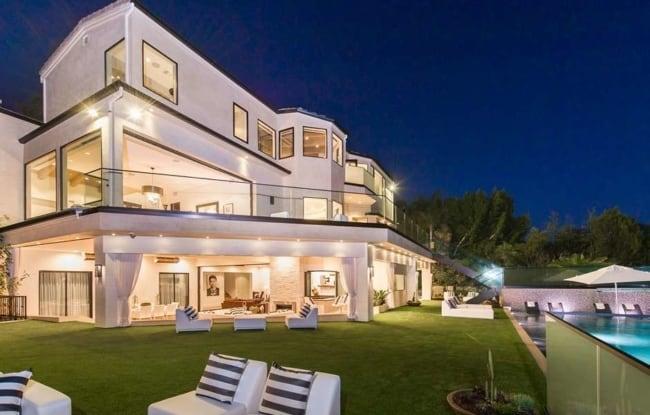 Mansão de luxo moderna com três andares e piscina em área verde