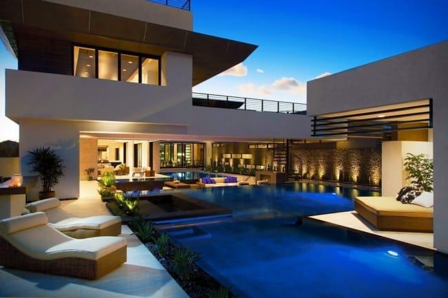Mansão moderna com piscina grande