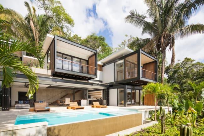 Mansão tropical com design moderno na praia