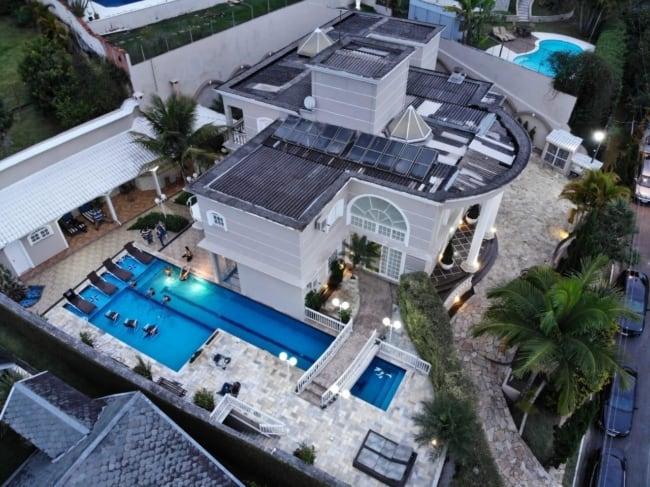 Mansão vista do alto com piscina