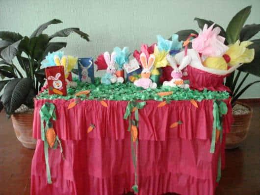 Mesa de páscoa para escola decorada com papel crepom63
