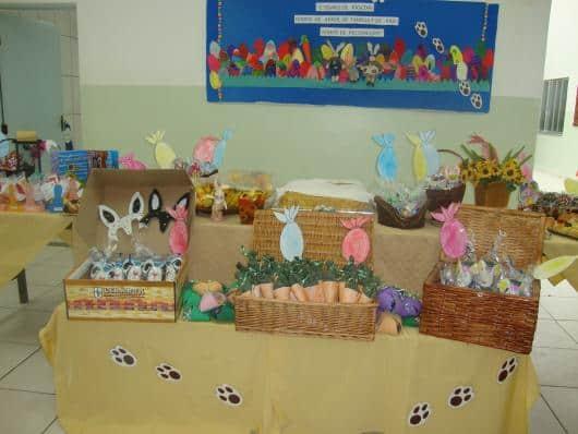 Mesa de pascoa para escola decorada com patinjhas de coelho61