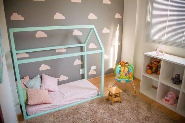 O cinza misturado a tons pasteis é perfeito para quarto infantil