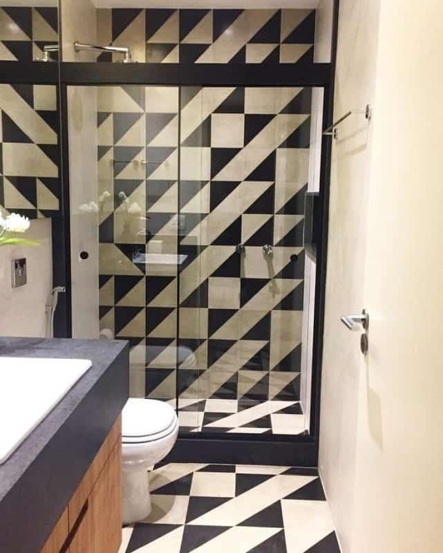 O piso e a parede do banheiro se combinam