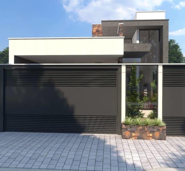 O portão preto combina com a fachada branca