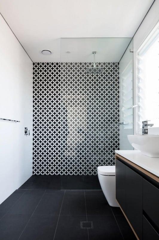 Panorama de banheiro com decoração em PB