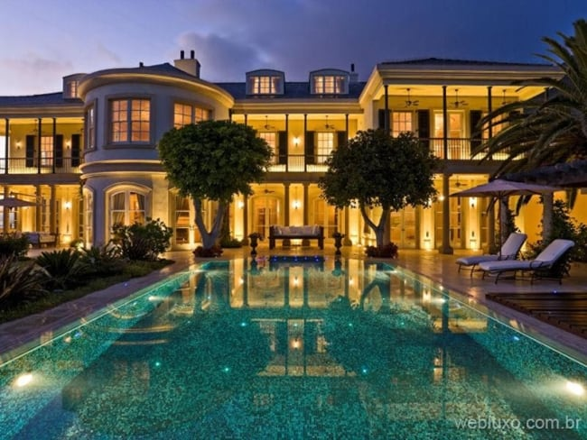 Panorama de mansão com piscina enorme