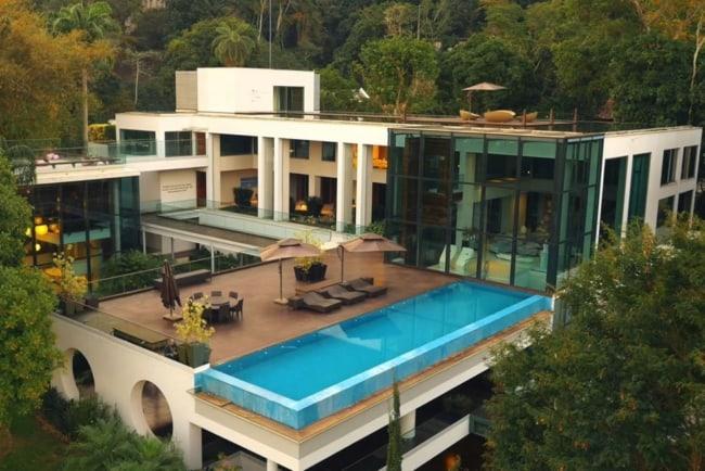 Panorama de mansão de luxo moderna em meio à natureza