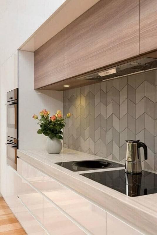 Parede de cozinha revestida com azulejo cinza