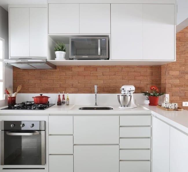 Parede de cozinha revestida com tijolinhos44