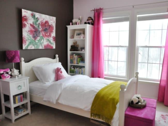 Parede marrom e cortina pink em quarto infantil para garotas