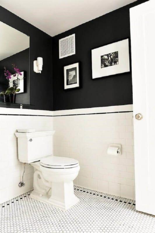 Parede preta e branca para banheiro clássico