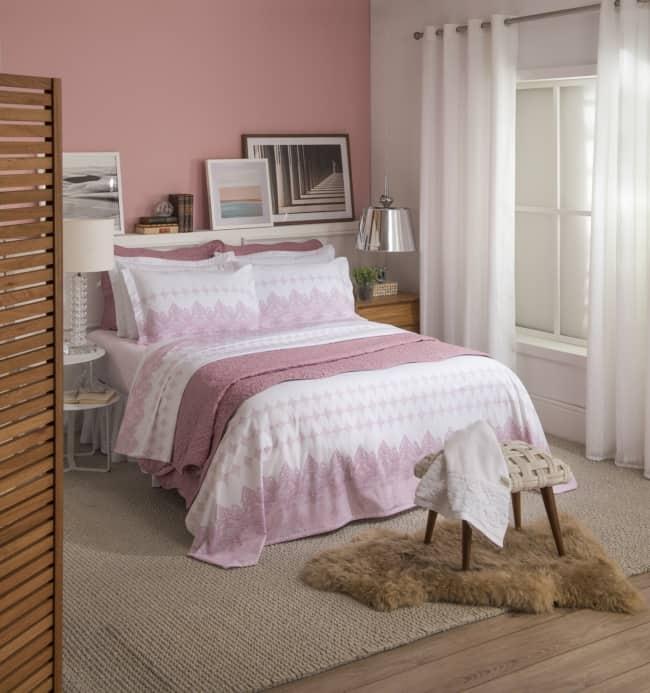 Parede rosa é para quem deseja um quarto delicado