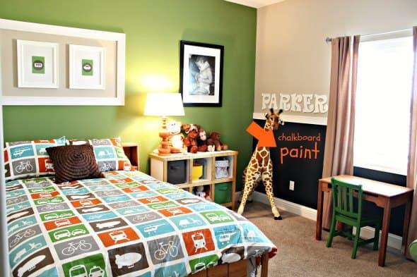 Parede verde e branca no quarto infantil masculino