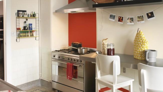 Paredes brancas ajudam a ampliar espaço da cozinha