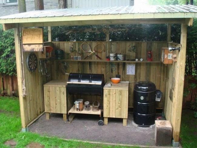 Pequeno quiosque de madeira com churrasqueira