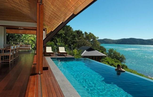 Piscina com borda infinita em mansão de praia