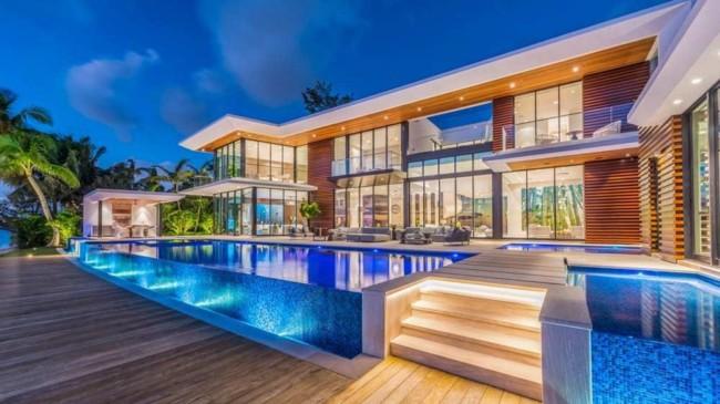 Piscina de vidro super moderna em mansão luxuosa