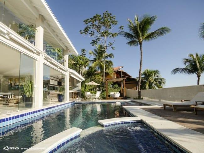 Piscina em mansão luxuosa na praia