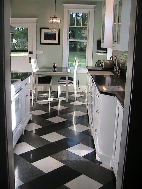 Piso diferente branco e preto na cozinha