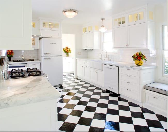 Piso xadrez preto e branco na cozinha ampla