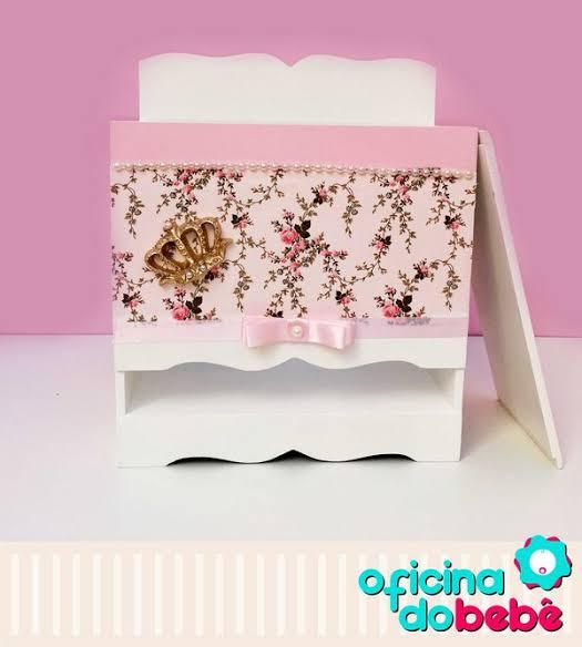 Porta fraldas de madeira rosa com aplique de coroa