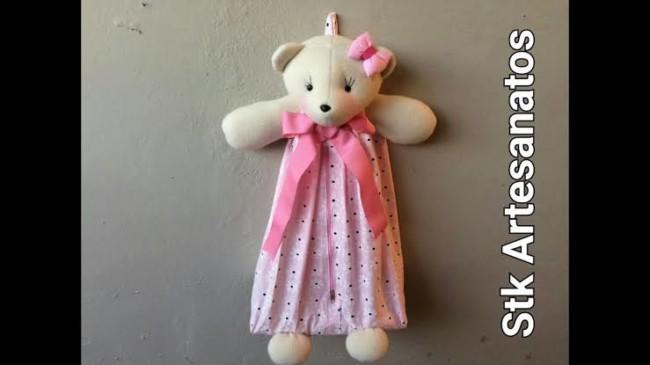 Porta-fraldas de ursinho com roupinha rosa
