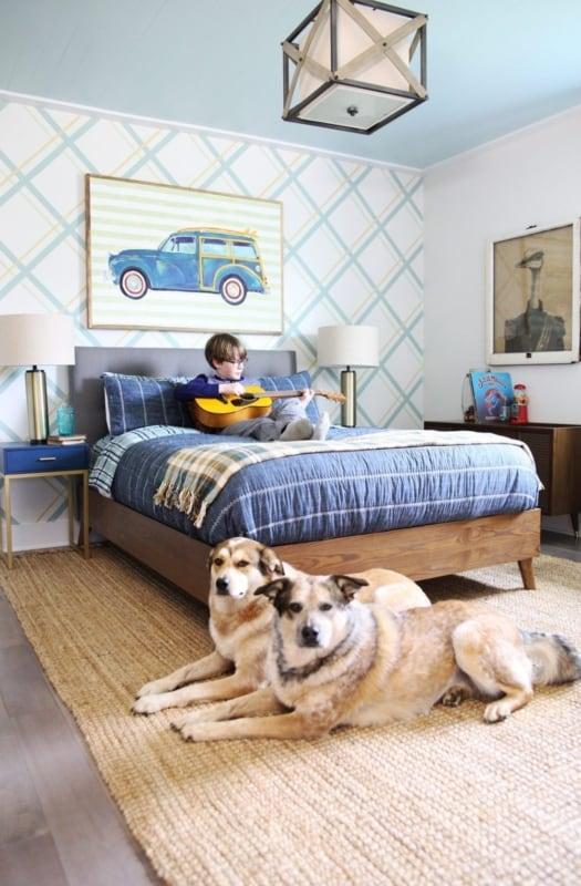 Quadro de carro e papel de parede xadrez no quarto de menino