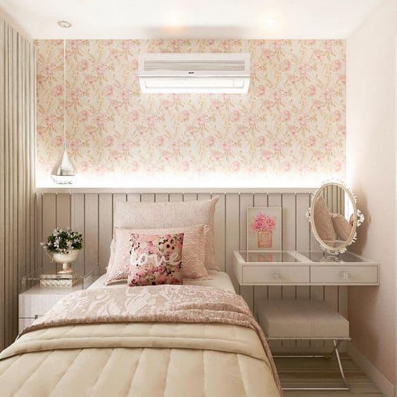 Quarto com papel de parede floral e penteadeira para menina