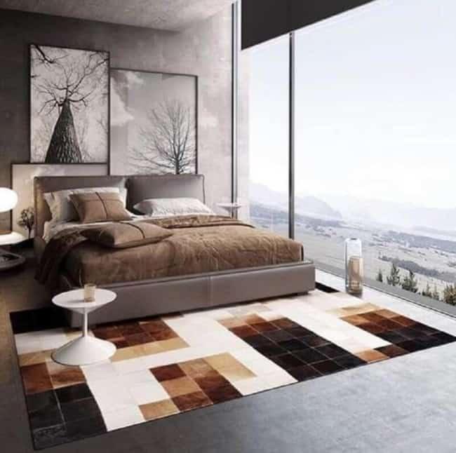 Quarto contemporâneo com tapete de couro quadriculado