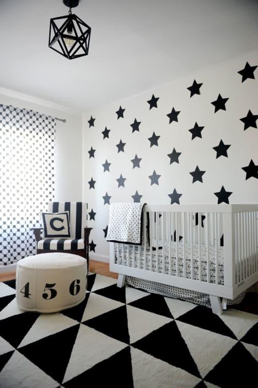 Quarto de bebê com parede criativa com estrelas pretas