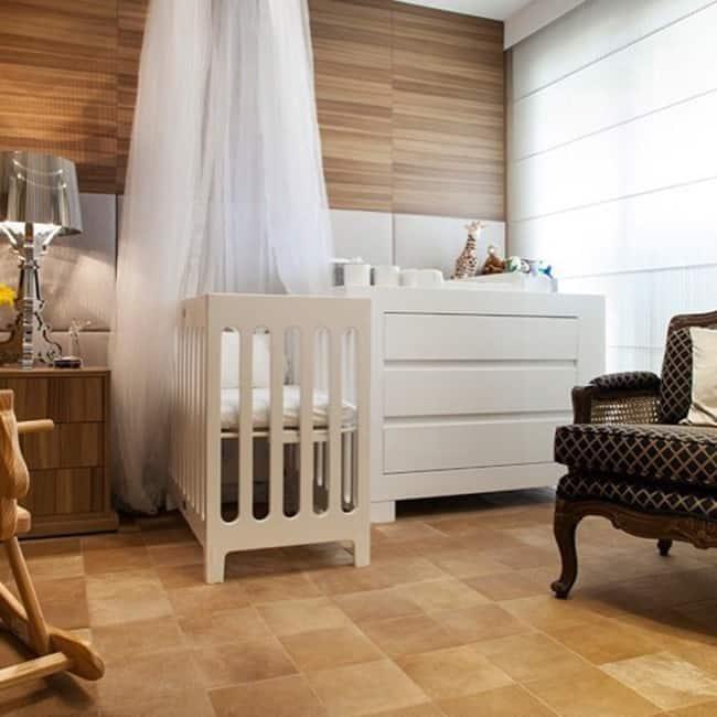 Quarto de bebê com tapete de couro