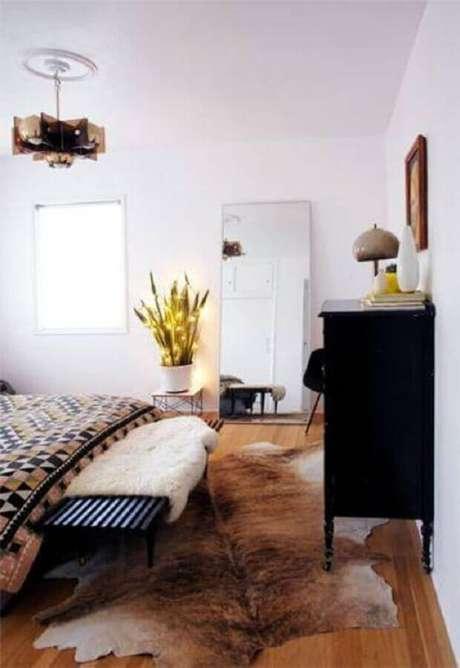 Quarto decorado com tapete de couro assimétrico