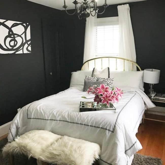 Quarto feminino com paredes pretas e detalhes brancos