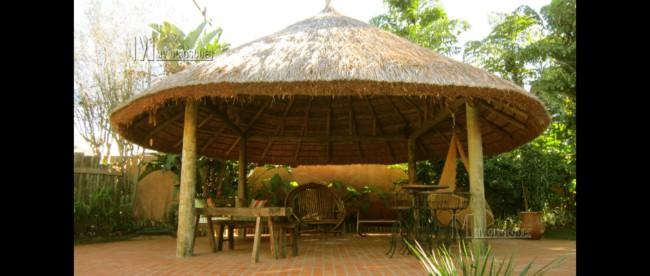 Quiosque de madeira rústico coberto com piaçava