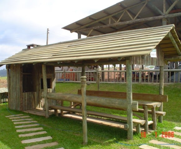 Quiosque feito com madeira roliça
