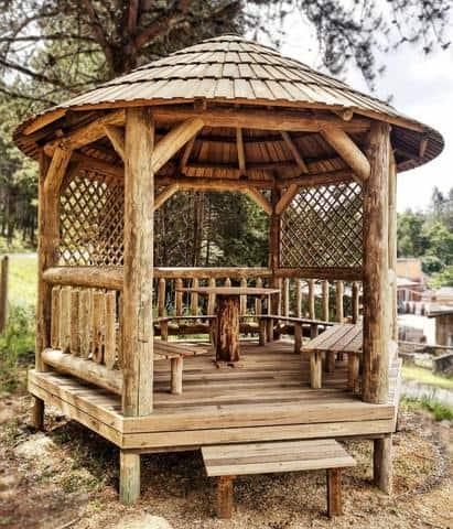 Quiosque pequeno com madeira roliça