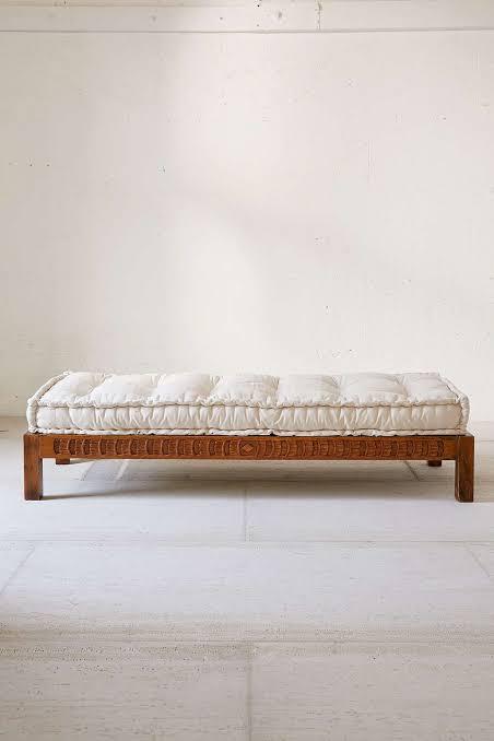 Divã de madeira com almofada branca