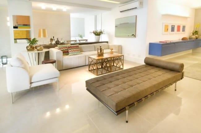 divã marrom decorando sala grande