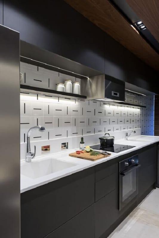 Revestimento diferente em branco e preto na cozinha