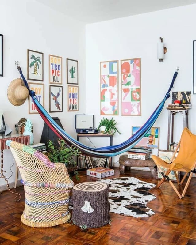 Sala com decoração criativa com tapete de couro